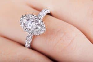טבעת משובצת יהלום אובלי ויהלומים קטנים עגולים